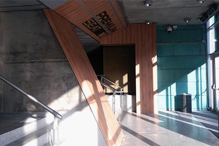 Decoración en madera y metal del espacio Premium Seat en WiZink Center Madrid