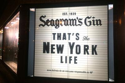 Original escaparate de Seagrams Gin sobre estructura de metacrilato retroiluminado