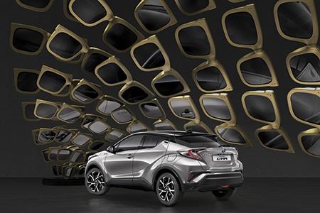 Escaparates en Madrid con la nueva campaña de Toyota