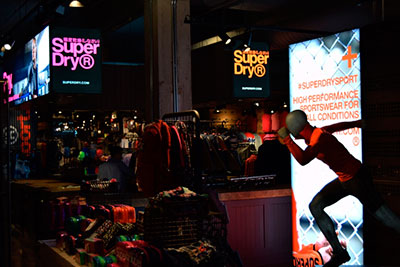 Iluminación conducida en las tiendas Superdry