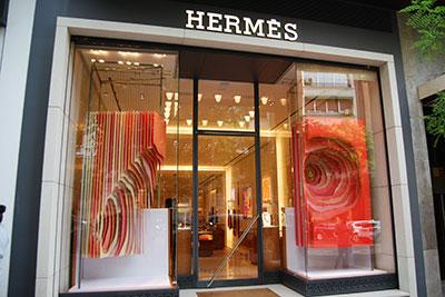 Produccion e instalacion del escaparate de Hermes Galop en Madrid por el equipo de INSTORE