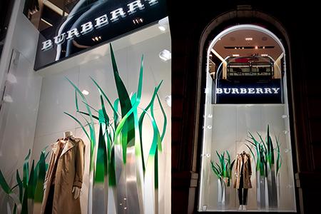 Decoracion escaparate Burberry boutiques Barcelona y Lisboa