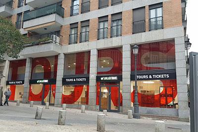 Produccion e instalacion de la decoracion de la agencia Julia Travel en La Plaza de Oriente Madrid