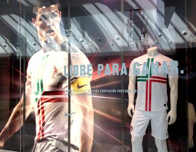 Escaparates para la presentacion de la camiseta de la seleccion de Portugal fb427527d496e