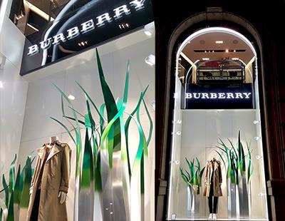 Decoración de escaparate Burberry en boutiques de Barcelona y Lisboa