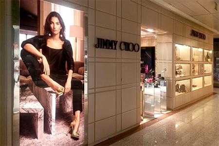 Instalacion de lonas backlight en boutiques Jimmy Choo