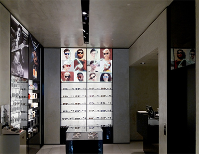 Cambio graficas en el espacio de accesorios de la boutique de Emporio Armani en Madrid