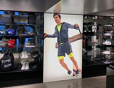 Decoracion interior con cajas de luz para boutique de Armani en Barcelona