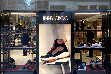Instalacion de escaparates en la boutique de Jimmy Choo en Madrid