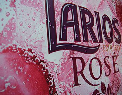 Publicidad personalizada en instalación de escaparate Larios Rosé