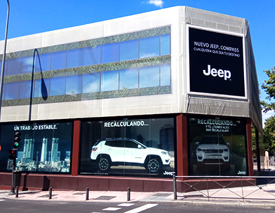 Produccion e instalacion escaparate exterior Jeep