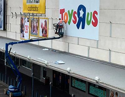 Rotulación e instalación en altura para punto de venta Toys R Us